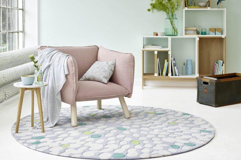 Runder Esprit Teppich Fluttery mit grau-weißem Muster.