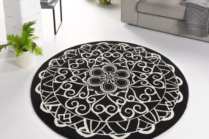 Runder Teppich Capri mit schwarz-weißem Muster.