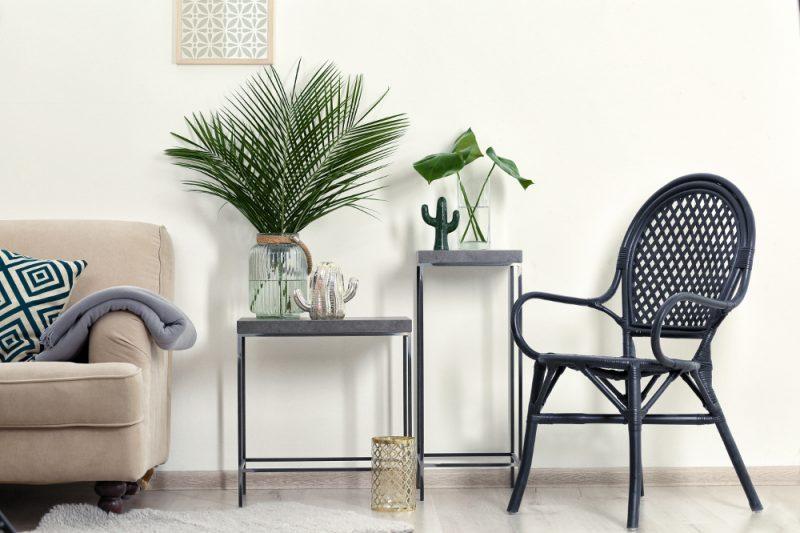 Stuhl und Tisch mit grünen Pflanzen