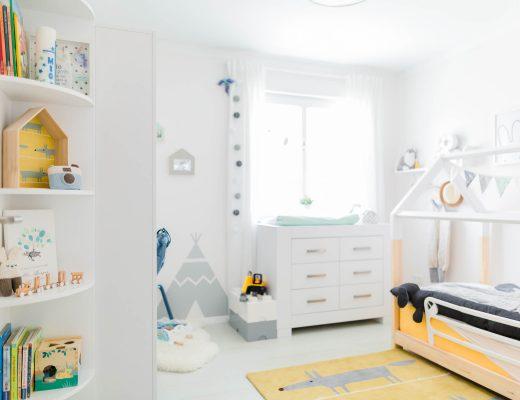 Skandi Kinderzimmer mit gelbem Kinderteppich