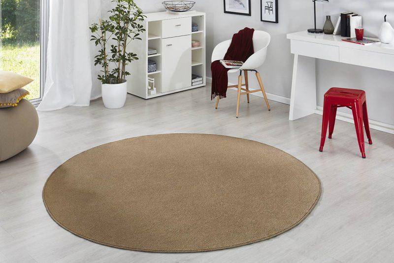 Einfarbig brauner Teppich Fancy in Rund.