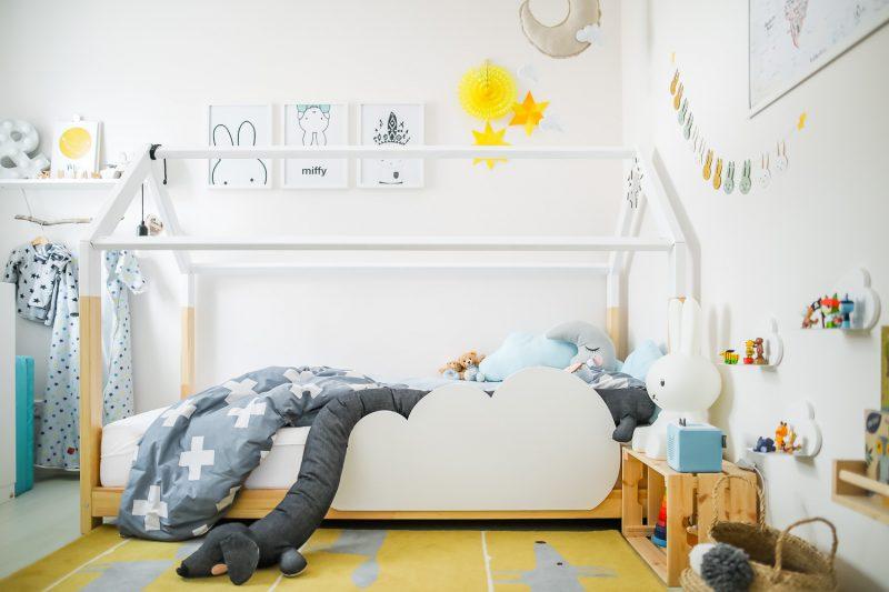 Skandi Bett mit gelbem Teppich