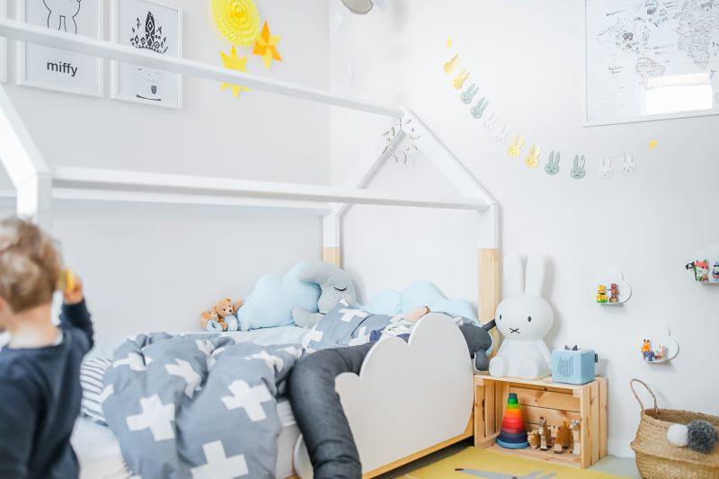Skandi Kinderzimmer mit gelbem Teppich und Skandi-Bett