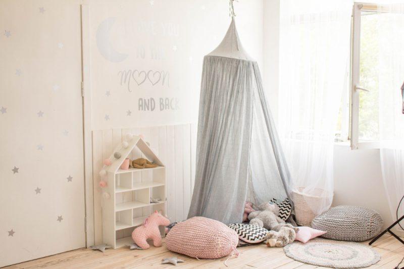 Kinderzimmer mit Zelt und rundem Teppich