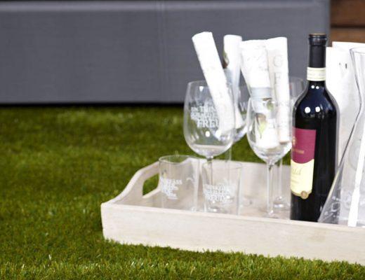 Kunstrasen mit Rotwein