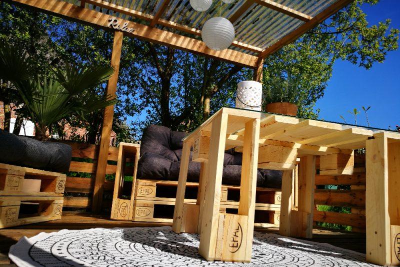 ONLOOM Outdoorteppich und Palettenmöbel