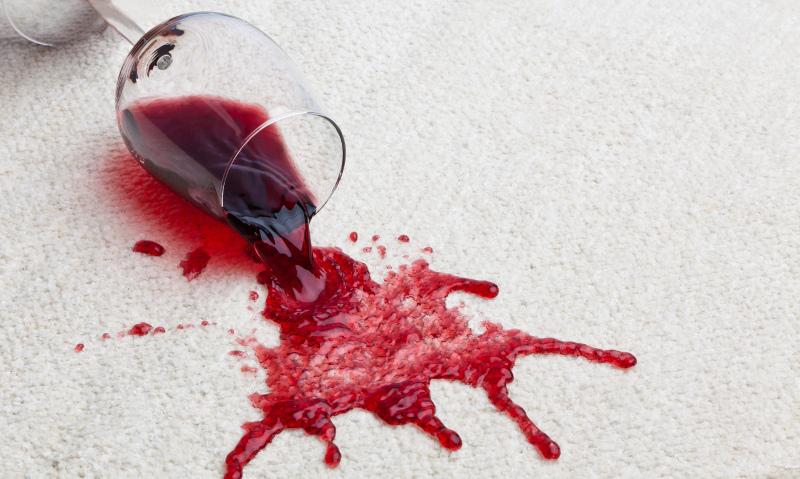 Rotweinflecken aus Teppich entfernen
