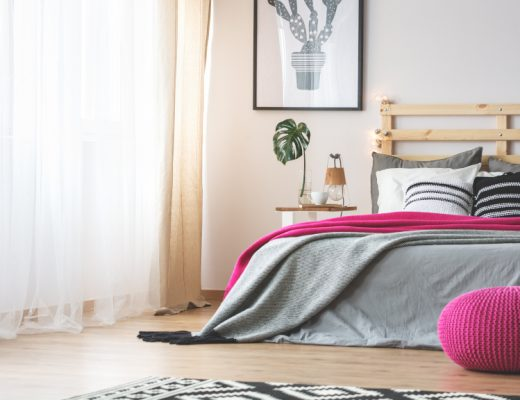 Bett mit pinken Accessoires