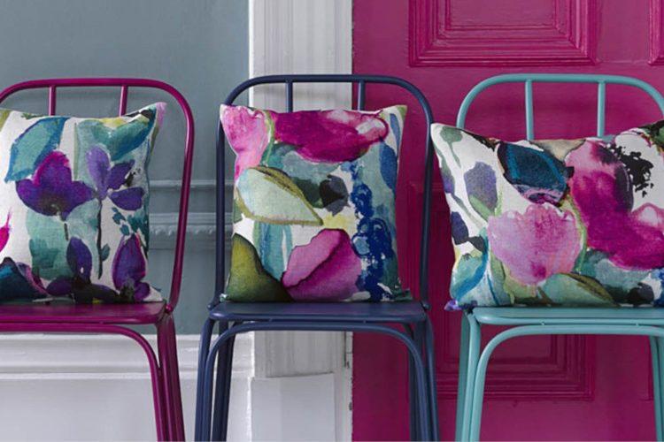 Stühle mit bunten Kissen