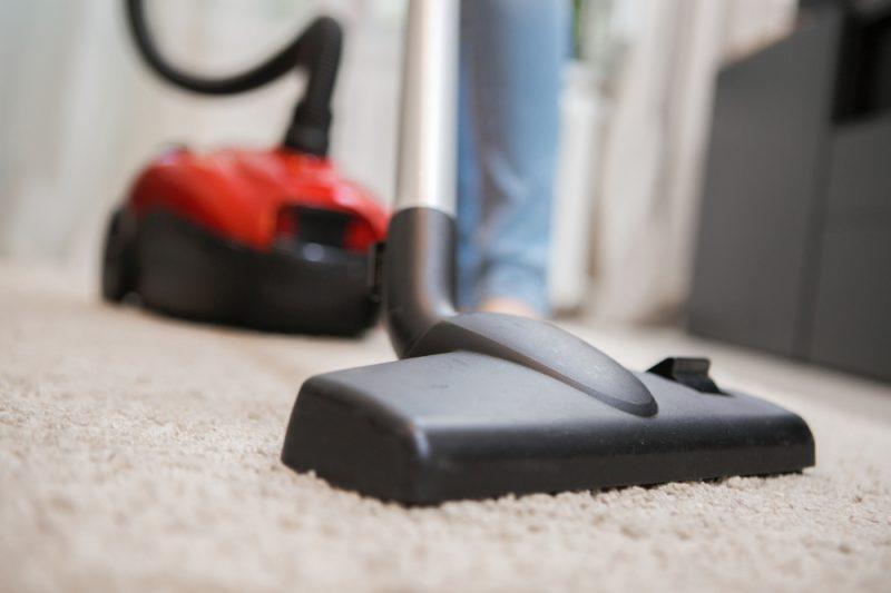 Staubsauger auf beigem Teppich