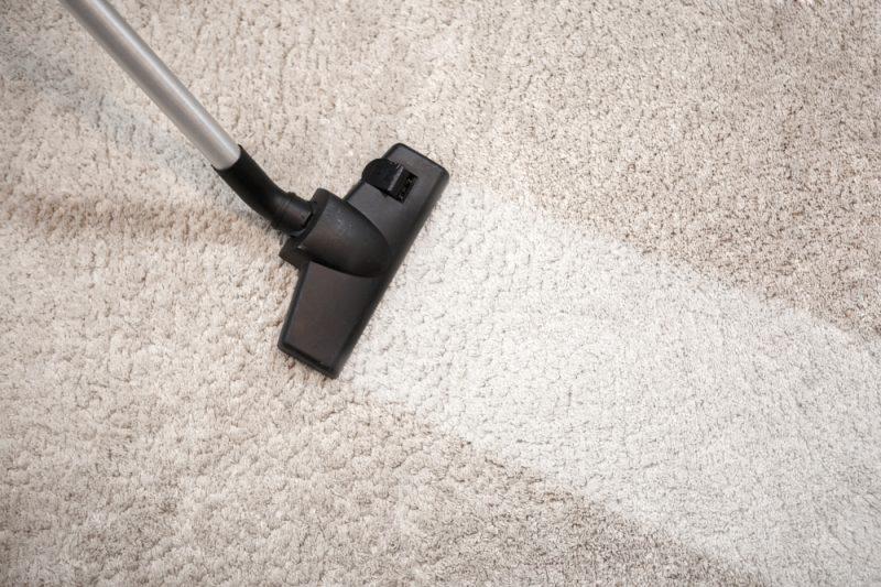 Beigen Teppich saugen