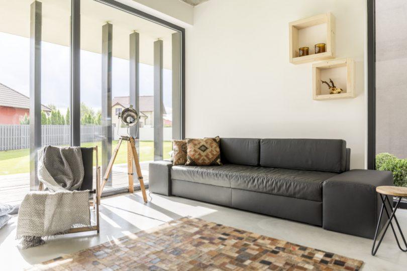 Helles Wohnzimmer mit Teppich