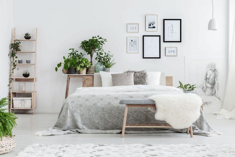 Schlafzimmer mit Schaffell