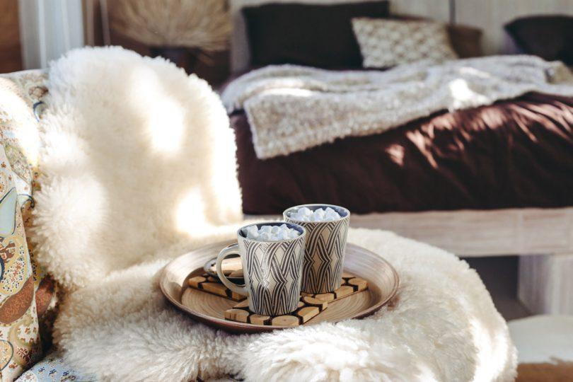 Schaffell auf Stuhl mit Tee