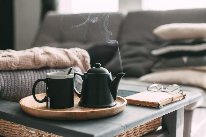 Dampfender Tee in Wohnzimmer
