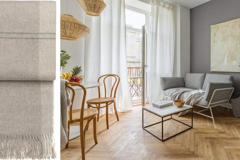 Kollage aus hellem Wohnzimmer und Wollplaid