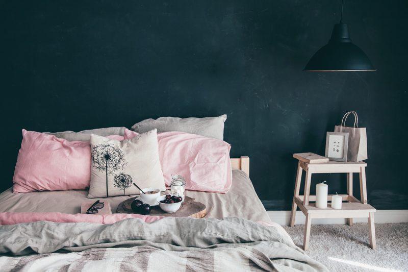 Schlafzimmer mit schwarzer Wand