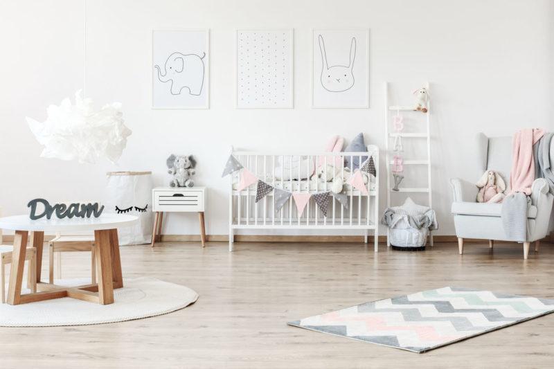 Helles Babyzimmer mit rosa-grauen Akzenten