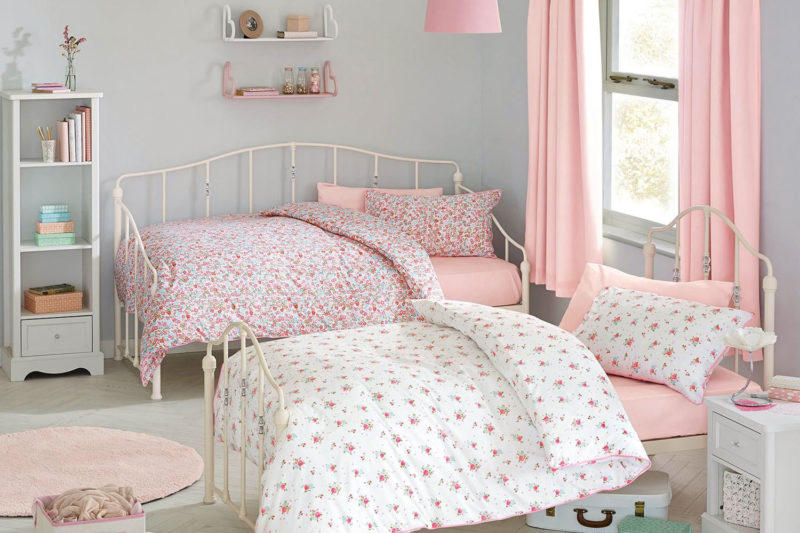 Kinderzimmer mit rosa Accessoires