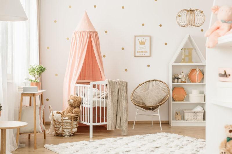 Niedliches Kinderzimmer mit Pastell-Orangem Baldachin