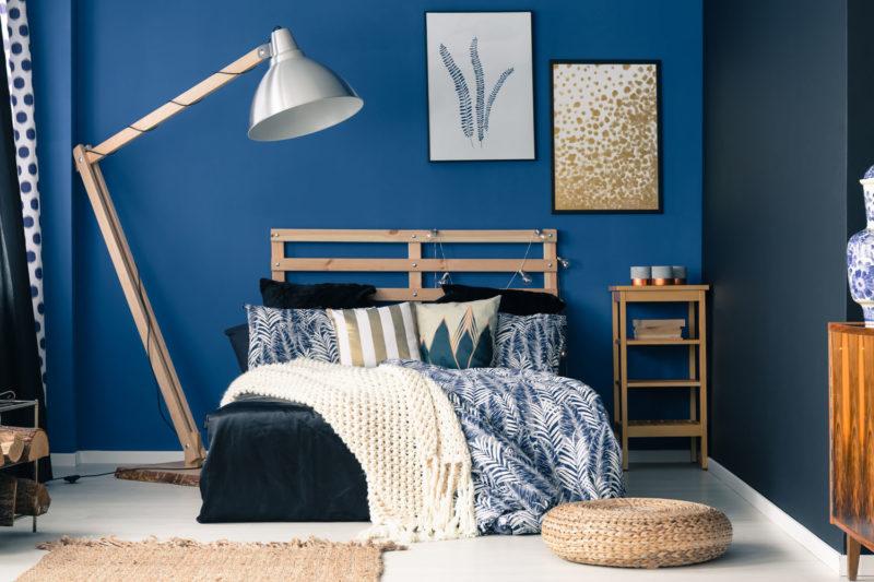 Schlafzimmer mit dunkelblauer Wand