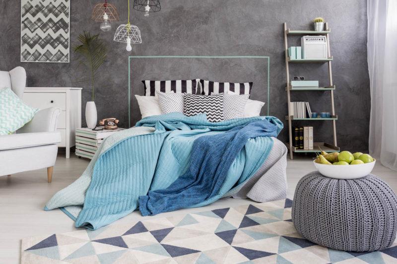 Modernes Schlafzimmer mit grauer Wand und gemustertem Teppich