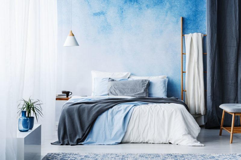 Schlafzimmer mit blauer Wand und blauen Accessoires